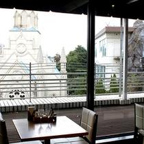 *レストラン サーラ/窓外にチャペルが望めます。