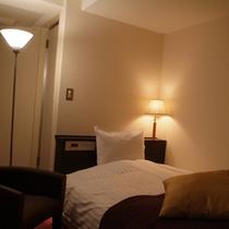 *【シングルルーム一例】ベッドはシモンズ社製、枕は2つご用意
