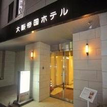 ホテル入り口(夜)