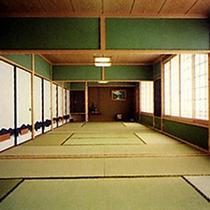 【二間続きの大広間】30〜40名様収容の広間(2部屋)完備。団体様の宴会などにご利用いただけます。