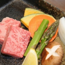 「村上牛」と「旬野菜」の陶板焼き