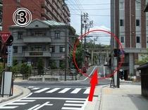 03左に行くと道後温泉本館、右へ行くと子規記念博物館