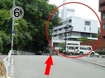 06西駐車場の看板を左折するとメルパルクが見えてきます。