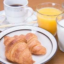 *ご朝食一例/バターの香りが芳ばしい焼き立てクロワッサン&ドリンク。お好きなだけどうぞ。