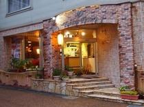 夕方のホテル玄関