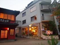 夕暮れのホテル外観2