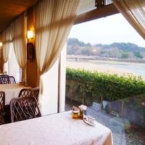 レストランりんどう:窓の外には球磨川の風景が広がります