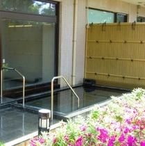熱海直送の温泉が愉しめる大浴場からつながる【露天風呂】。