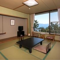 【海側の和室】松の大木の向うに大海原が広がる。(3階客室一例)