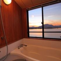【最上階展望風呂付和室8畳】の展望風呂から河口湖・富士山を望む