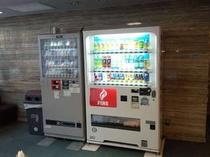 ロビー 飲料自販機とタバコ自販機(TASPO貸出あります)