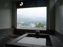 当館自慢の展望風呂、草津白根山が真正面!