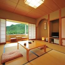 【本館・レイクビュー和室】窓いっぱいに広がる風景、豊かな旅情とくつろぎの時を演出してくれます。