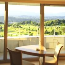 【アザリア客室一例】窓の外にはゴルフ場のコースが一望できます