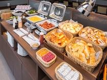 朝食コーナー「数種類の焼きたてパン」