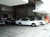 1F個人タクシー菊陽事務所。ご宿泊者割引あり。到着便をご連絡いただければ、空港まで迎えにあがります。