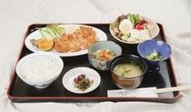 女将手作りのおまかせ日替わり定食。¥870~1,080(税込み)