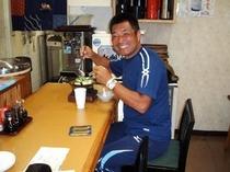 山本博先生、満面の笑みでお気に入りの【もつ鍋】を食す!先生曰く、『もつが違う。締めの雑炊も最高。』