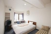 シングルルーム。全室セミダブルベッドで、ゆっくりおやすみいただけます。