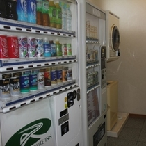 1Fには自動販売機とコインランドリーもご用意しております。