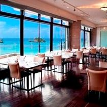 バベット(昼)窓の外に広がる青い海を眺めながらの食事をお楽しみ下さい。
