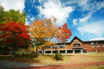 紅葉とホテル外観