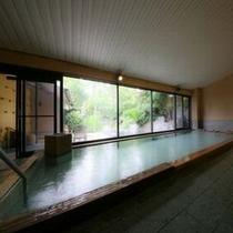 ◆当館で一番大きい庭に面した開放的な大浴場でございます