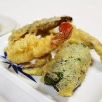 *【夕食一例】サクッと揚がった天ぷら。揚げたてをどうぞ!