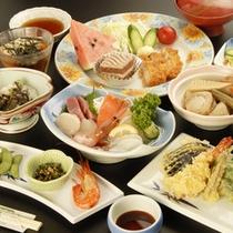 *【夕食全体例】阿寒の森で採れる山菜や新鮮や海の幸を使った料理が彩ります。