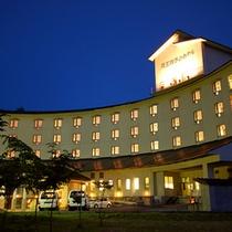 扇型の曲線が美しいホテル外観