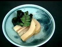 ヒトハメと筍の煮物木の芽添え
