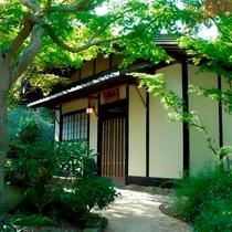 (離れの茶室宿)「弘陽亭」の外観。秋は真紅の紅葉に囲まれます。