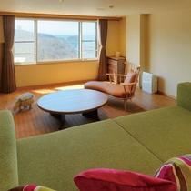 【グランデフォース(リビング)】7階に位置するお部屋からは海も山も見ることができます。