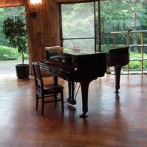 【グランドピアノ】ロビーにグランドピアノがございます。ご自由にご利用いただけます。