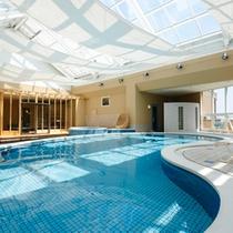 リゾート感あふれる屋内温水プール