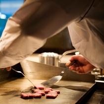 四季彩ダイニング「浜房」では淡路牛ステーキを目の前で焼き上げる