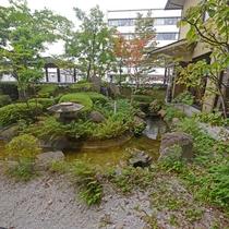 *【中庭】ロビーの前には滝を配した日本庭園を見ることができ、ひとときの安らぎを演出します。