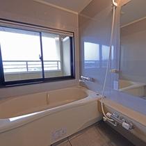 *【和室15畳・お風呂】セパレートタイプのお風呂です。窓からの景色も良好!
