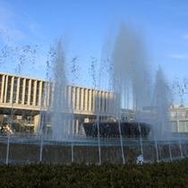 【平和記念資料館】資料館前には大きな噴水があります