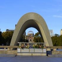 【平和記念公園】慰霊碑の間から原爆ドームが見えます