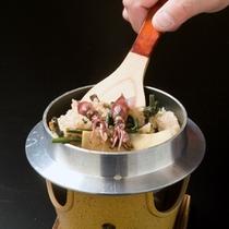 *ミソがプチッとはじけ香ばしいホタルイカの釜飯(一例)
