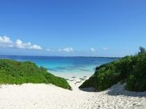 【砂山ビーチ】透明度の高い海と白い砂浜が有名な人気のビーチ。当館より車で約7分。
