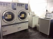 コインランドリースペース(洗濯機300円1回、乾燥機100円10分)洗剤は50円で販売しております。