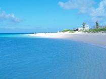 【与那覇前浜ビーチ】美しい白い砂浜とエメラルドグリーンのコントラストは東洋一と言われています。
