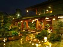 瀟洒な石畳の回廊は夕刻から灯かりが燈され美しい中庭