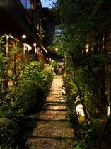 庭園の奥に静かに佇む祠へとつづく細道