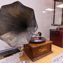 100年前の蓄音機。創業206年の当館には、こういった古い品がいくつか現存しております。