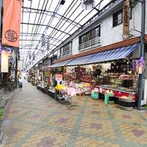 ここ数年で熱海の駅前もかなりきれいに。地元産の商品が非常に充実。旅のお帰りにお土産をどうぞ!