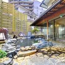 殿方露天風呂。当館では男女大浴場ともに加水加熱無し天然100%温泉です。もちろん自家源泉所有です。