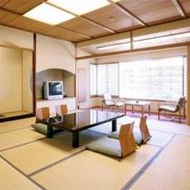 12.5畳スタンダード客室は、大人5名でもお寛ぎ頂ける広さがございます。グループ旅行などでぜひ。